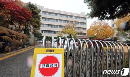 지난 1일 서울시가 신종 코로나바이러스 감염증(코로나19) 확진자가 45명 추가로 발생했고 이중 12명이 서울시 종로구 한 고등하교 관련 확진자라고 밝혔다. 사진은 이날 해당 고등학교 모습 /사진=뉴스1
