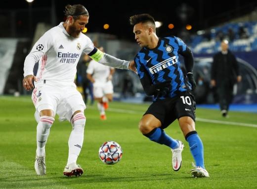 레알 마드리드 수비수 세르히오 라모스(왼쪽)가 4일(한국시간) 스페인 마드리드의 에스타디오 알프레도 디 스테파노에서 열린 2020-2021 UEFA 챔피언스리그 B조 3차전 인터밀란과의 경기에서 상대 공격수 라우타로 마르티네스와 볼 경합을 벌이고 있다. /사진=로이터