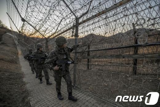 합동참모본부는 4일 동부지역 전방에서 미상의 인원이 군 감시장비에 포착돼 작전을 진행 중이라고 밝혔다. 사진은 해당 사건과 관련 없음. /사진=뉴스1