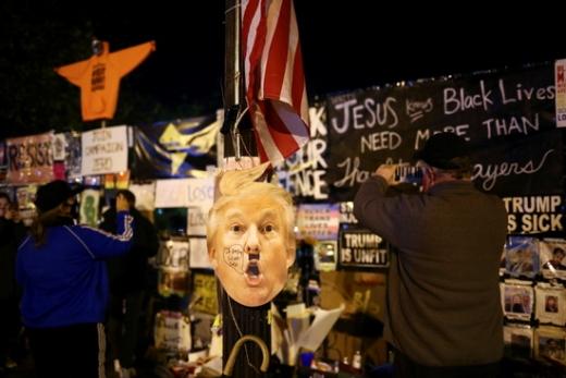 조 바이든 후보를 지지하는 지지자들이 3일(현지시간) 백악관 인근 BLM 플라자에서 집회를 열고 있다. /사진=로이터