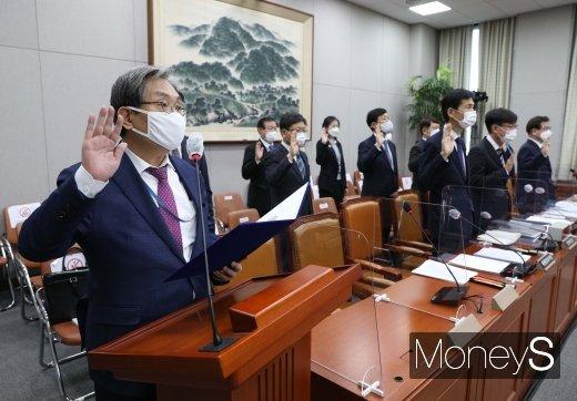 [머니S포토] 노영민 실장 '국정감사 증인 선서'