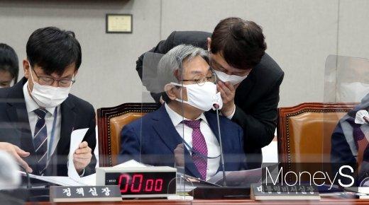 [머니S포토] 노영민·최재성 '귀엣말'