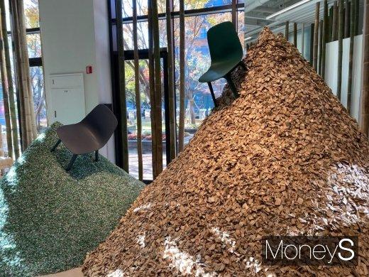 이케아 랩 1층에는 잘린 대나무와 재활용 플라스틱들이 산더미처럼 쌓여 있다. /사진=정소영 기자