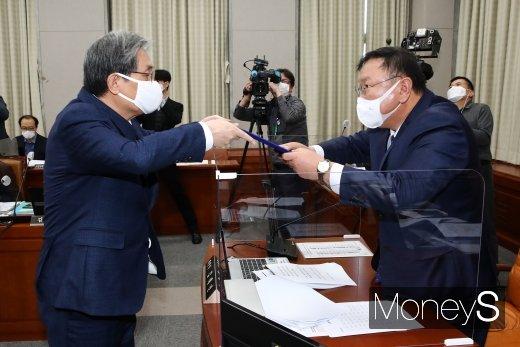 [머니S포토] 선서문 제출하는 노영민 청와대 비서실장