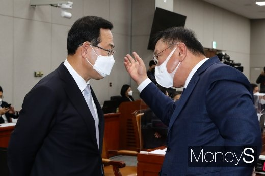 [머니S포토] 국감에서 대화하는 주호영·김태년