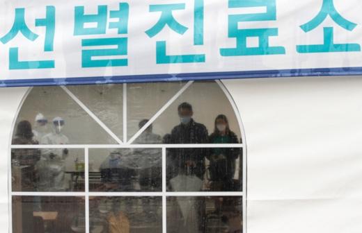 서울 강남구보건소에 마련된 신종 코로나바이러스 감염증(코로나19) 선별진료소에서 시민들이 코로나 검사를 받고 있다./사진=뉴스1 안은나 기자