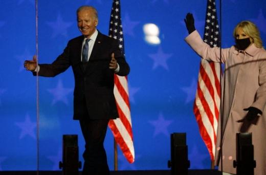 """조 바이든 민주당 대선후보가 3일(현지시간) 델라웨어 월밍턴에서 자신의 지지자들을 향해 """"현 상황에 대해 낙관하고 있다. 승리를 위한 궤도를 가고 있다. 역대 최대의 우편투표가 있었기 때문""""이고 말했다. /사진=로이터"""