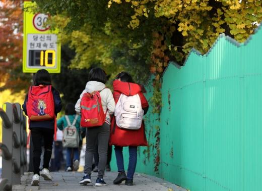 전국 초등돌봄전담사 총파업을 하루 앞둔 지난 5일 오전 서울 시내의 한 초등학교로 어린이들이 등교하고 있다. /사진=뉴스1