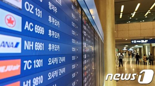 지난달 13일 오전 인천 중구의 인천국제공항 1터미널 안내판에 후쿠오카행 항공편이 표시되고 있다. /사진=뉴스1
