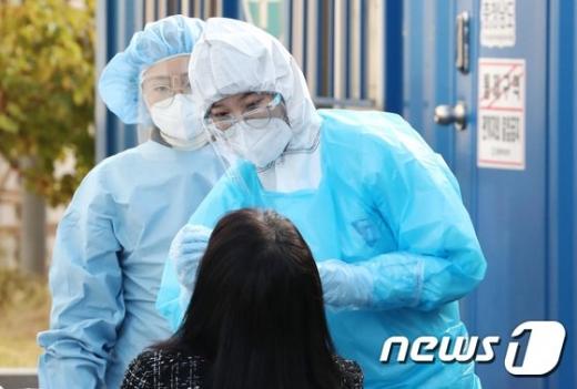 충남 천안 콜센터에서 신종 코로나바이러스 감염증(코로나19)이 집단 발생한 가운데 지난 5일 오후 충남 천안 동남구보건소 선별진료소에서 시민들이 검사를 받고 있다. /사진=뉴스1
