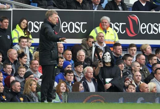 한 맨체스터 유나이티드 원정팬이 지난 2014년 4월 영국 리버풀 안필드에서 열린 2013-2014 잉글랜드 프리미어리그 리버풀과의 경기 도중 저승사자 분장을 한 채 데이비드 모예스 당시 맨유 감독을 향해 위협적인 제스처를 취하고 있다. /사진=더 선 보도화면 캡처
