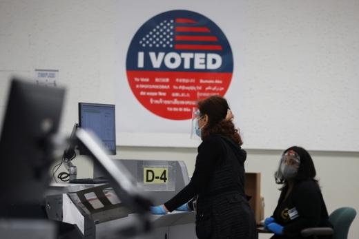워싱턴포스트(WP)의 5일(현지시간) 보도에 따르면 미국 내 50개주 가운데 조지아·노스캐롤라이나·네바다·애리조나·펜실베이니아·알래스카 등 6개주에선 현재까지도 군인과 그 가족들의 부재자투표를 포함한 우편투표 용지가 현지 선거관리위원회에 도착하고 있다. /사진=로이터