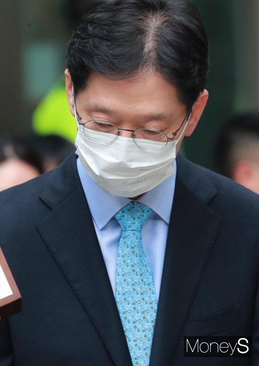 [머니S포토] 고개 떨군 김경수 지사