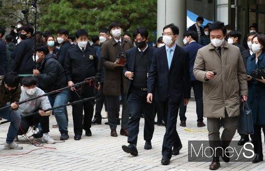 [머니S포토] 법정 구속 면한 김경수 지사
