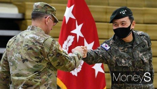 [머니S포토] 로버트 에이브럼스 사령관·김승겸 부사령관 '주먹인사'