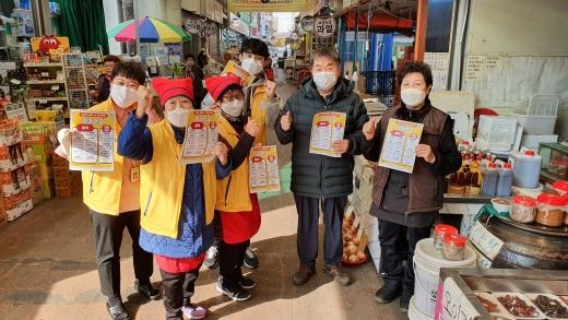 광명형 노인공공일자리 '엄마손길'(야채손질사업단)이 광명전통시장에 이어 11월 5일 새마을시장에서도 활동을 시작했다. / 사진제공=광명시