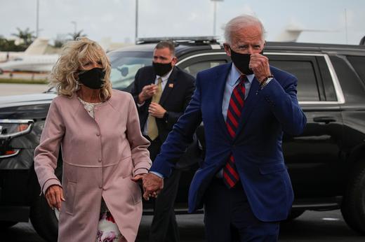 조 바이든 부부가 펜실베이니아에서 한국전 참전 기념비에 헌화했다./사진=로이터