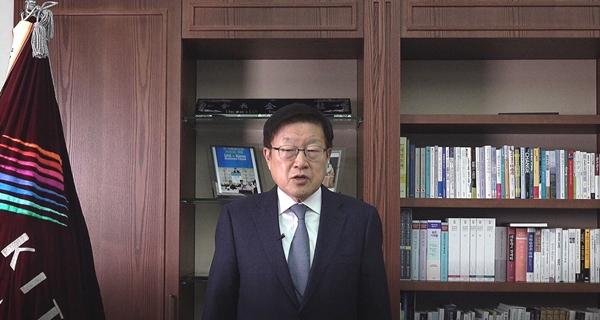 김영주 한국무역협회 회장이 영상으로 '2020 한·인도 비즈니스 포럼' 개회사를 전하고 있다. /사진=무역협회 제공