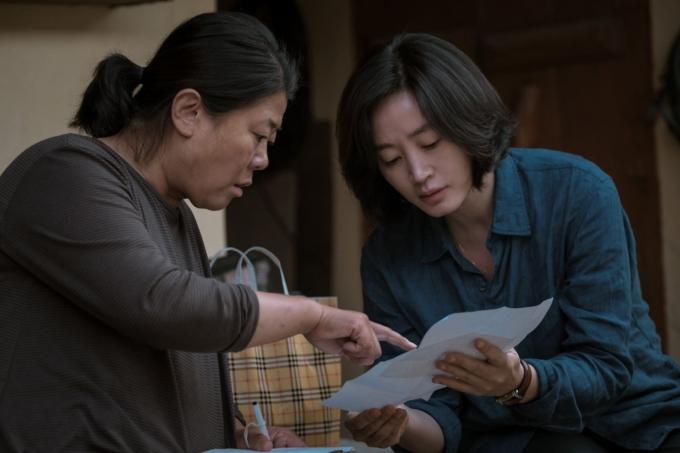 배우 김혜수(오른쪽)와 이정은이 주연으로 출연한 영화 '내가 죽던 날'이 전국 예매율 1위를 달성하며 산뜻한 출발을 보였다. /사진='내가 죽던 날' 스틸컷