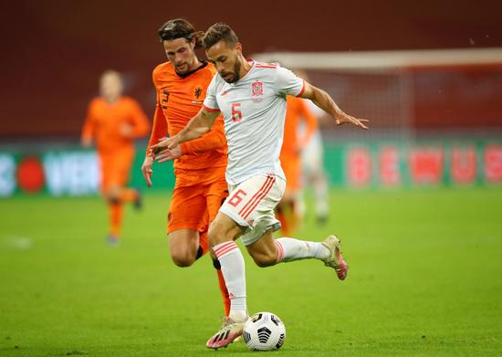 스페인 미드필더 세르히오 카날레스(오른쪽)가 12일(한국시간) 네덜란드 암스테르담의 요한 크루이프 아레나에서 열린 네덜란드와의 친선경기에서 슈팅을 시도하고 있다. /사진=로이터