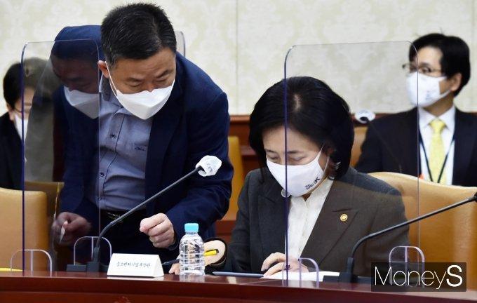 [머니S포토] 현안점검조정회의, 자료 살피는 '박영선'