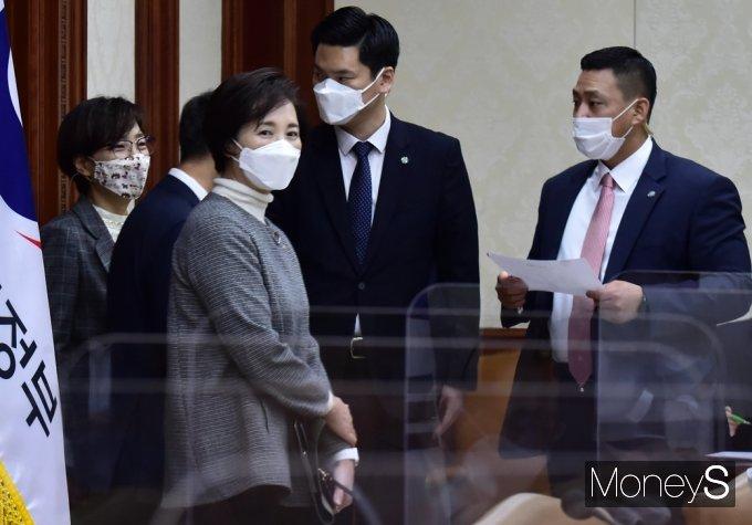 [머니S포토] 현안점검조정회의 참석한 유은혜 부총리