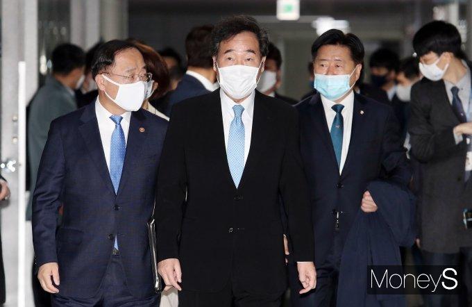 [머니S포토] 필수노동자 보호 및 지원대책 당정청 협의회 참석하는 홍남기·이낙연