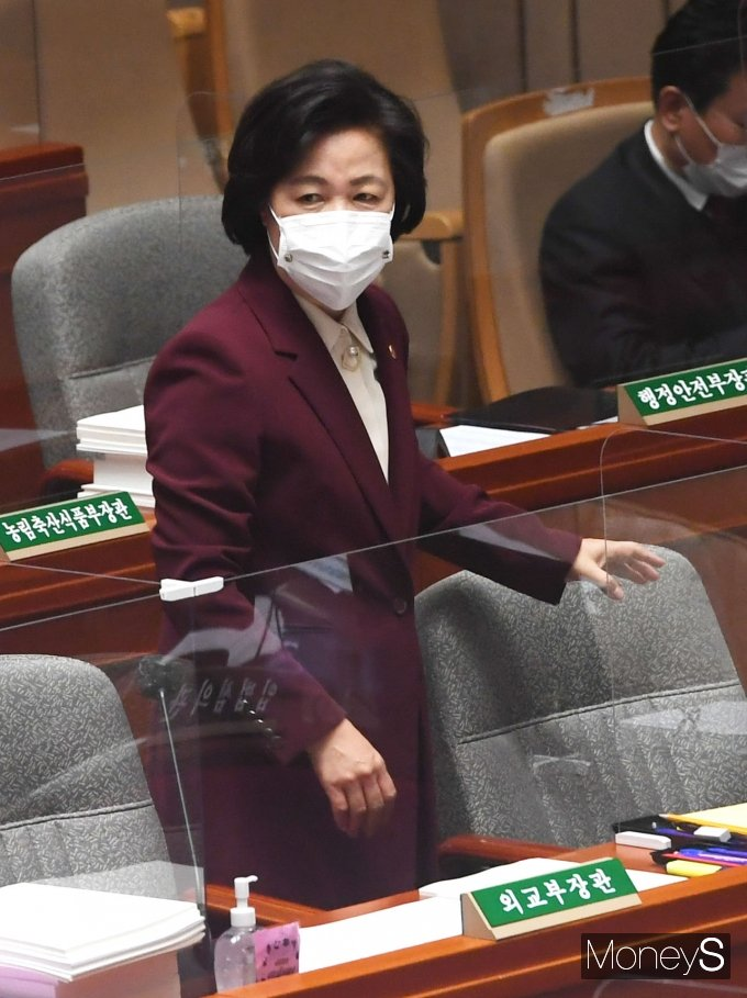 [머니S포토] 예산결산위원회 전체회의 참석한 추미애 장관