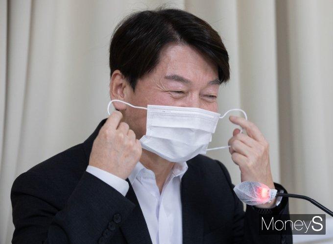 [머니S포토] 마스크 벗는 안철수 대표