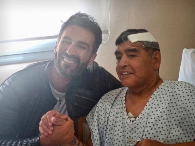 아르헨티나 축구 영웅 디에고 마라도나(오른쪽)의 뇌 수술 이후 회복 중인 모습이 공개됐다. /사진=TMZ 스포츠 보도화면 캡처
