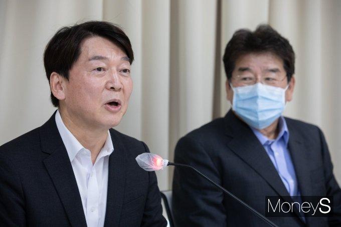 """안철수 국민의당 대표(왼쪽)가 지난 6일 '야권 혁신 플랫폼'을 제안한 것에 대해 """"신당을 창당하겠다고 주장하지 않았다""""고 밝혔다.  /사진= 국회사진취재단"""