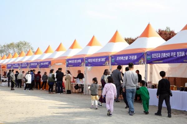 연천군 농특산물 직거래 장터가 11월 13일(금)부터 15일(일)까지 3일간 연천전곡리유적에서 개최된다. / 사진제공=연천군