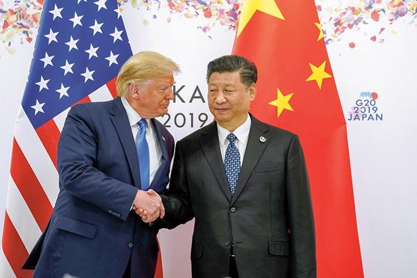 지난해 6월29일 일본 오사카에서 열린 미·중 정상회담에 앞서 도널드 트럼프 미국 대통령(왼쪽)과 시진핑 중국 국가주석이 악수하고 있다. /사진=뉴스1