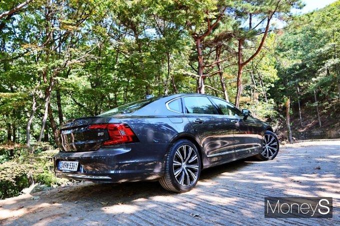 새로운 볼보 S90은 벤츠 E클래스, BMW 5시리즈를 직접 겨냥했다. /사진=박찬규 기자