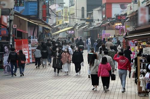 15일 오후 서울 마포구 홍대거리를 찾은 시민들이 길을 거닐고 있다. /사진=뉴스1 이재명 기자