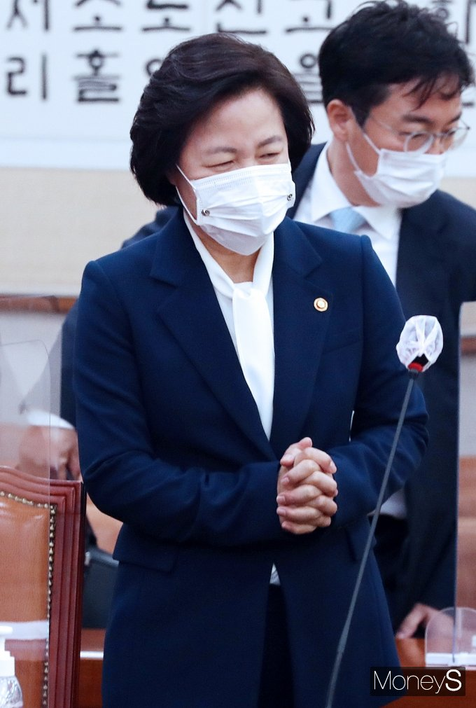 [머니S포토] 국회 법사위 입장한 추미애 장관
