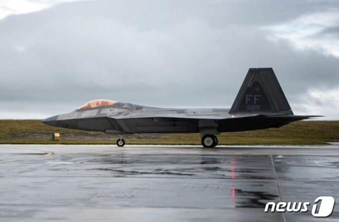미 버지니아주 랭글리 기지를 떠난 미 공군의 F-22 전투기가 11일 괌 앤더슨 기지에 착륙하고 있다. /사진=미 태평양 공군 사령부 웹사이트·뉴스1