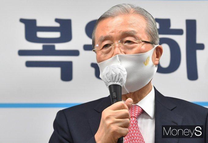 [머니S포토] 토론회 인사말 전하는 김종인 비대위