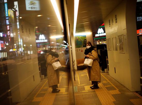 일본 홋카이도 삿포로의 한 트램 정거장에서 지난 2월26일 한 여성이 마스크를 착용한 채 차량을 기다리고 있다. /사진=로이터