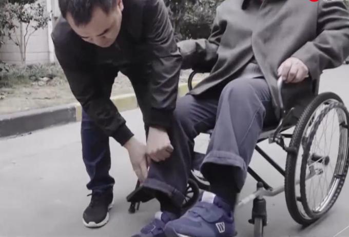중국 상하이에서 샤오유씨(왼쪽)가 마린씨의 외출을 돕고 있다. /사진=진르토우티아오 캡처