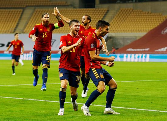 스페인 남자축구 국가대표팀 공격수 페란 토레스(20·오른쪽)가 18일(한국시간) 스페인 세비야의 에스타디오 라 카르투야에서 열린 2020-21 유럽축구연맹(UEFA) 네이션스리그 리그A 4조 6라운드에서 팀의 세 번째 골을 넣은 뒤 동료들과 환호하고 있다. /사진=로이터