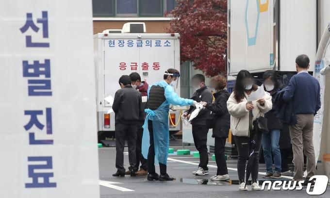 18일 서울 중구 국립중앙의료원 선별진료소에서 시민들이 검사 영수증을 받고 있다. /사진=뉴스1