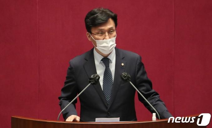 """김민석 더불어민주당 의원이 18일 한 라디오 방송에 출연해 """"어떤 후보가 성 인지도에 있어 더 나아진 서울을 만들어가는데 좋을 것인가 하는 것은 남이냐 여냐의 문제가 아니라 그의 인식과 행동의 문제라고 봐야 한다""""고 말했다. /사진=뉴스1"""
