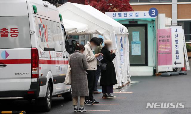 18일 오전 서울 중구 국립중앙의료원 선별진료소에 내원객들이 코로나19 검사를 받기 위해 줄을 서 있다. /사진=뉴시스