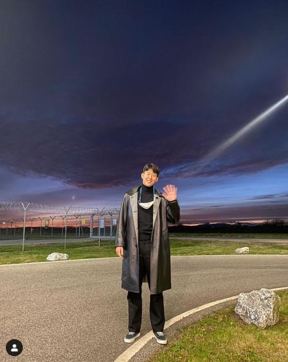 토트넘 홋스퍼 공격수 손흥민(28)이 18일 자신의 인스타그램에 활주로 인근에서 손을 흔들어 보이는 사진을 올렸다. /사진=손흥민 인스타그램 캡처