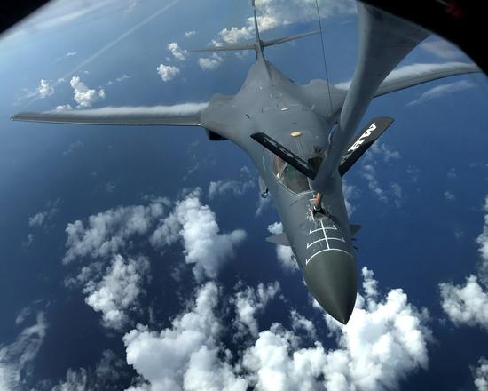 미 공군의 B-1B 랜서 폭격기가 공중 급유를 받고 있다. /사진=로이터