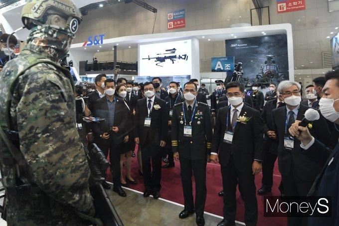 [머니S포토] 대한민국 방위산업전 둘러보는 서욱 장관