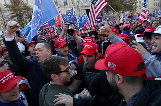 14일(현지시각) 워싱턴DC에서 트럼프 대통령 지지자들이 집회를 열고 있다. /사진=로이터