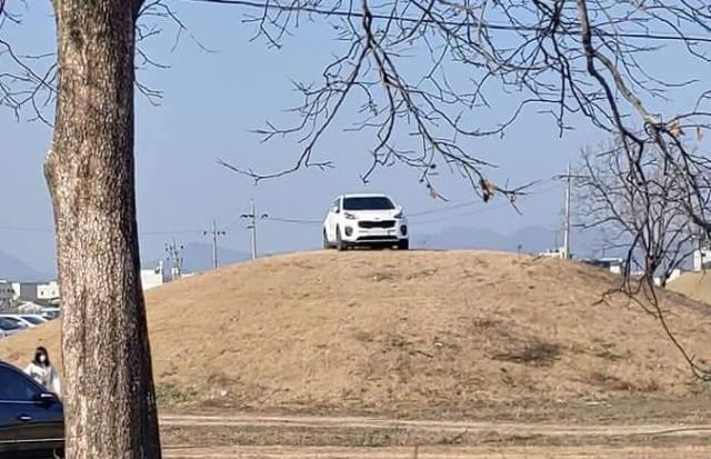 """경주 쪽샘유적 고분에 주차한 SUV 차량에 대해 문화재청이 """"문화재보호법을 위반해 고발할 것""""이라고 입장을 밝혔다. /사진=보배드림 캡처"""