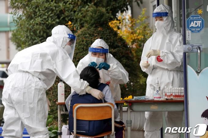 광주·전남지역에서 신종 코로나바이러스 감염증(코로나19) 확진자가 급증하고 있는 18일 오후 광주 서구 염주초등학교에서 학생들이 코로나19 검사를 받고 있다. /사진=뉴스1
